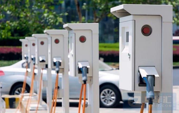 Одна из многочисленных электрифицированных уличных парковок в Китае