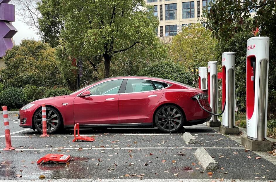 """Вспомните как ещё несколько лет назад говорили, что электромобили это только """"игрушки для богатеев"""". Всё меняется..."""
