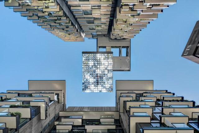 O balanço em direção do meio de quadra possui espelhos motorizados que refletem a luz solar em direção ao parque. (Fonte: Archdaily).