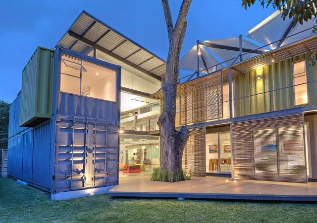 Casa Incubo, com os containers dispostos respeitando o Cedro que já existia no terreno. (Fonte: Homedit).