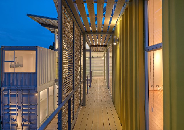 Brises de bambu funcionam como elemento sombreador e de privacidade. (Fonte: Archdaily).