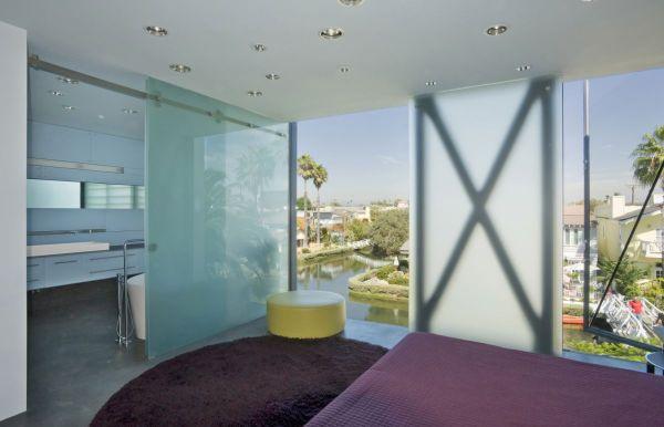 Grandes aberturas piso-teto garantem iluminação natural durante o dia, além de destacar a vista. (Fonte: Architect's List).