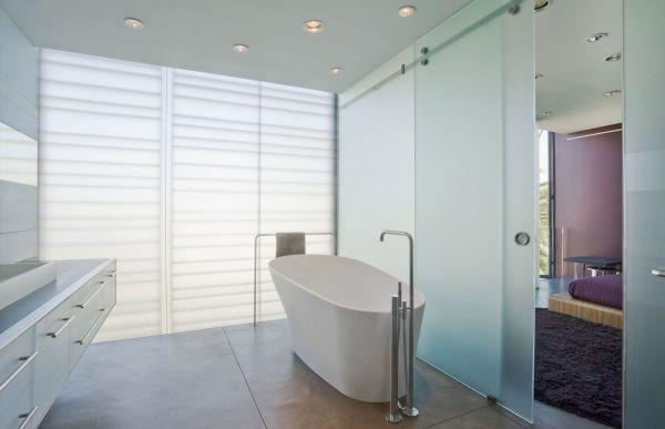 A escolha de paredes de vidro translúcidas entre alguns ambientes também auxiliam no aproveitamento da iluminação natural. (Fonte: Architect's List).