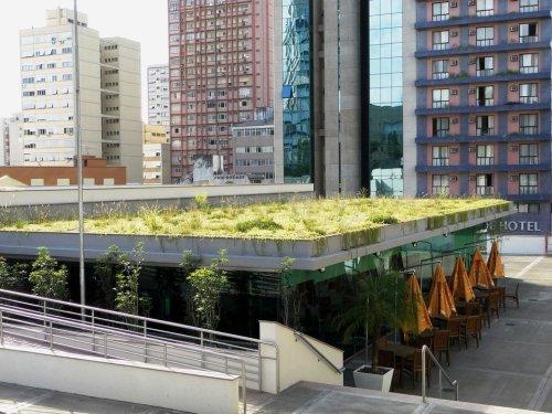 Os telhados verdes podem ser usados em edificações de diversos usos. Suas propriedades térmicas auxiliam na manutenção de uma temperatura agradável no interior da construção. (Fonte: São Geraldo).