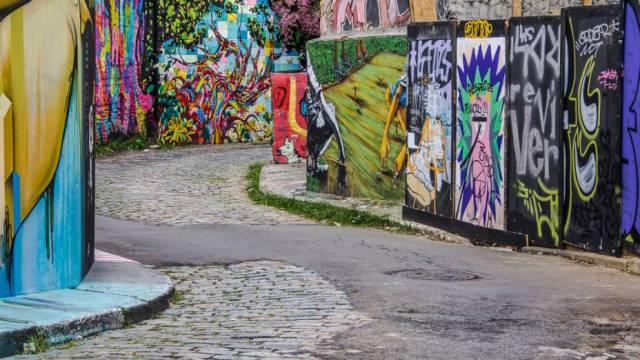 Nossos cursos d'água totalmente segregados do tecido urbano, reduzidos a barreiras físicas poluídas, que muitas vezes são inclusive tamponados. O rio Verde, por exemplo, está oculto sob o conhecido Beco do Batman, na Vila Madalena. (Fonte: Veja)