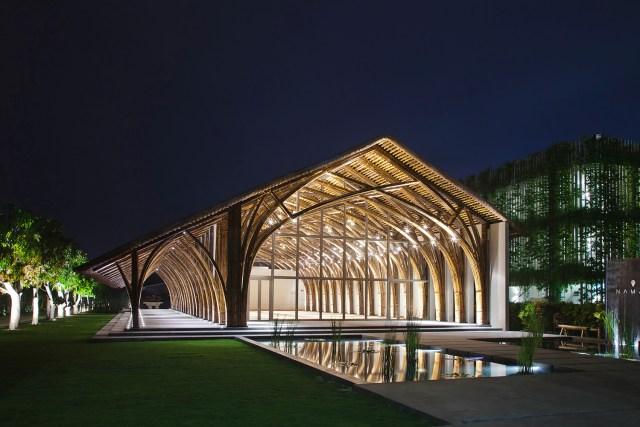 A sala de conferências Naman Retreat, do escritório Vo Trong Nghia Architects, foi feita com dois tipos diferentes de bambu. Um deles alcança extensões maiores e é mais resistente. O outro se destaca por ser mais flexível. (Fonte: Archdaily).