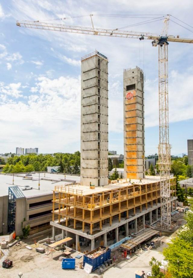 Os núcleos rígidos já concretados e os demais pavimentos sendo construídos com peças de madeira. (Fonte: Acton Ostry).