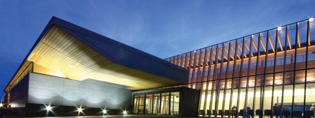 Expansão do aeroporto de Prince George. Este projeto mostra como a estrutura de madeira tem o poder de revitalizar espaços e pode ser utilizada em edifícios já existentes, tornando-os mais sustentáveis. (Fonte: MGA).