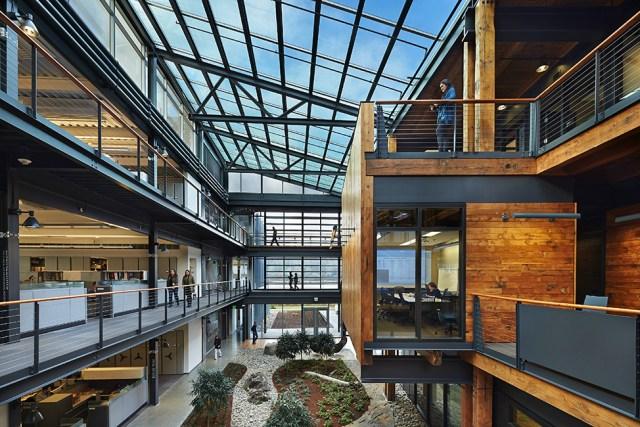 O Federal Center South Building 1202, projeto do escritório ZGF Architects LLP, possui um átrio com cobertura de vidro, que enche de luz o centro da edificação, deixando o ambiente de trabalho leve e agradável. (Fonte: Radar Design).