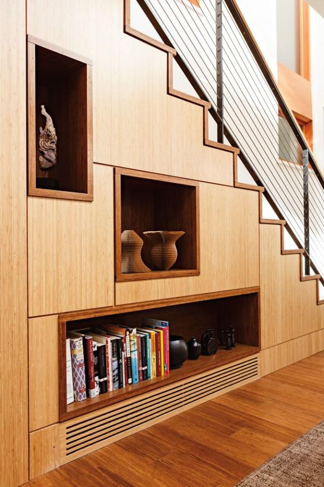 Exemplo clássico de aproveitamento do espaço. Utilizar embaixo da escada pode solucionar o problema de falta de lugar de armazenamento de sua casa. Projeto da DAO Architecture LLC of Portland.