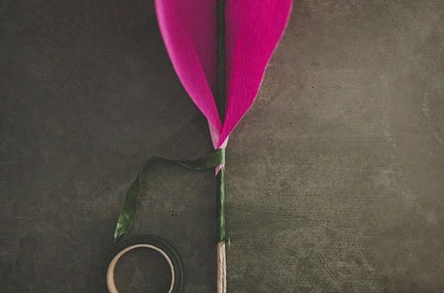 Flor de papel de bricolaje se levantó