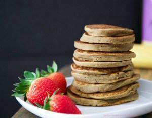 Fluffige Bananen-Protein Pancakes mit Kirschsauce (vegan & glutenfrei) von www.lasharonesse.wordpress.com