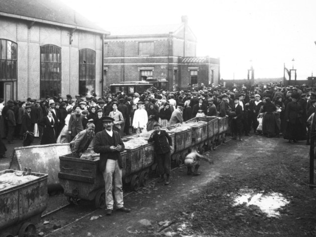 📸Photo 10/10: la foule devant la mine après une catastrophe près de #Bethune, 5-9-1912.