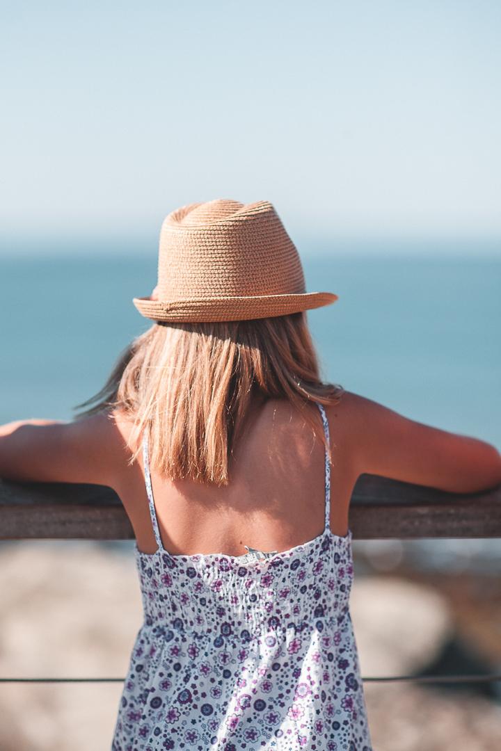 fille de dos sur la plage