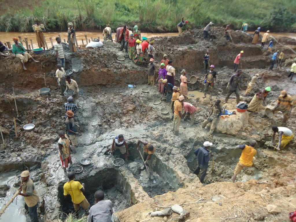 DRC artisan miners on the Nizi River.