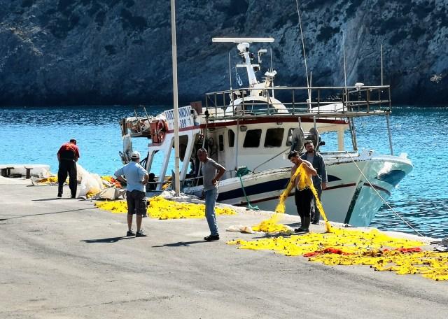 Fiskare ordnar nät i hamnen. Grekiskt karlgöra. Foto: John Göransson.