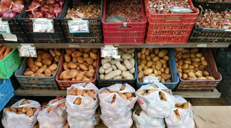 Potatis på display utanför grönsaksaffär i Chania. Foto: John Göransson.