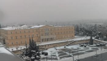 Greklands Parlament i vinterdräkt.