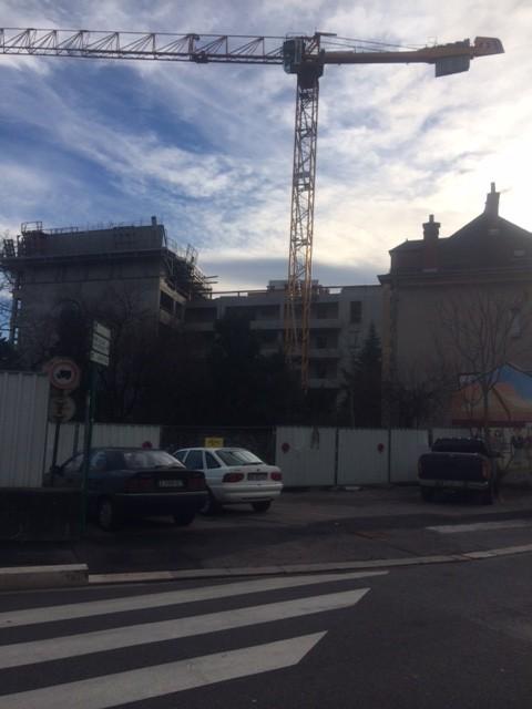 en face angle Anatole France/Libération la municipalité a aussi construit des HLM en plein carrefour