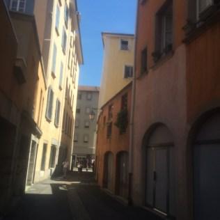 Le côté droit de la rue Très Cloitres dans le sens de la circulation est l'oeuvre de la municipalité Carignon: rénovation de l'habitat pour du logement mixte