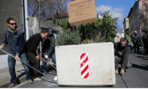 les habitants ont déplacé les jardinières illégales posées par E.Piolle (Verts/PG) sans aucune consultation du quartier qui subit les reports de circulation
