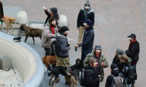 Les zadistes, leurs consommations et leurs chiens place Grenette.