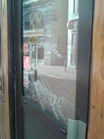 vitre vandalisée - restaurant rue Brocherie