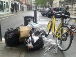 les poubelles débordent du jardin de ville jusque rue Montorge