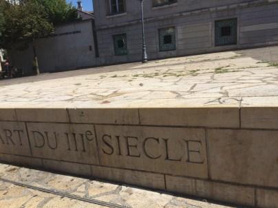 la municipalité Carignon lance les fouilles sous la place Notre Dame et les ouvre au public