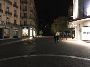 Place grenette les commerçants sont menacés d'amendes pour éclairer la rue avec leurs vitrines