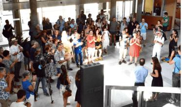 le collectif le Tricycle est venu protester dans le hall de l'hôtel de ville contre la décision de reprise en mains des programmations des théâtres par la municipalité !
