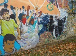 Dans la même rue la fresque militante type années 60 censée incarner la révolution Piollesque. Elle a été réalisée en même temps que la fresque anti police de la gare. Les Rouges/Verts Grenoblois sont répétitifs et confondent l'art avec la politique politicienne