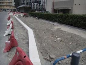 au pied de l'immeuble un immense trottoir qui supprime 10 places de stationnement permettra d'arriver en vélo à la SPL