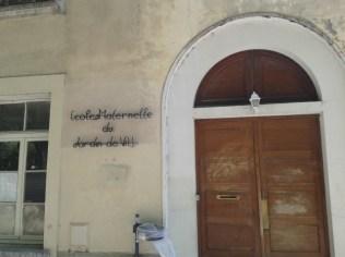 ... face à l'entrée de l'école maternelle : l'apaisement du centre ville