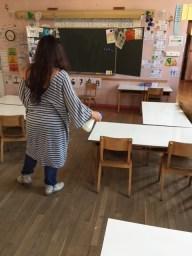 Pour avoir des bureaux propres, l'enseignante doit les nettoyer ainsi que le tableau, les personnels de service n'ont plus le droit de le faire (photo GLC)