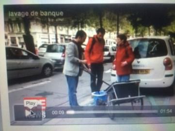 """E.Piolle ( et madame ?) et Yann Mongaburu (Verts/Ades) lavant la vitrine d'une agence BNP pour """"nettoyer la finance"""" ( cette vidéo a disparu du site de l'élu)"""
