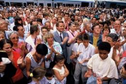 Alain Carignon au milieu des Grenoblois inaugurant le tram en septembre 1987