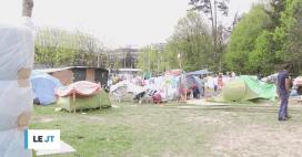 Environ 250 personnes sont installées sur un terrain municipal en bordure du ...