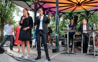 Eric Piolle et Maryvonne Boileau (Verts/Ades) sous le kiosque du jardin de ville pour faire la fête avec leurs candidats ( photo le Dauphiné Libéré)