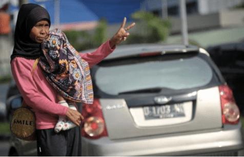 Moyennant un dollar femme et enfant drogué servaient des 2 passagers obligatoires pour le co-voiturage permettant d'entrer dans Djakarta ... l'exemple de Y.Mongaburu