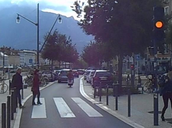 au bout de la passerelle Saint Laurent, les piétons n'ont plus la protection du feu