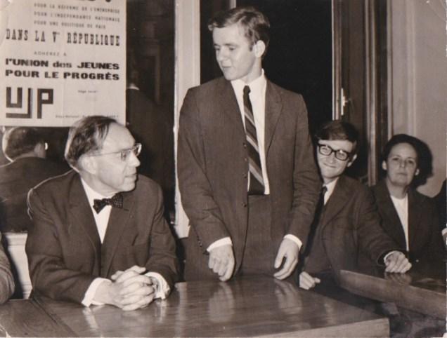 Accueillant Jean-Marce Jeanneney son Ministre d'Etat place Grenette à Grenoble en 1968