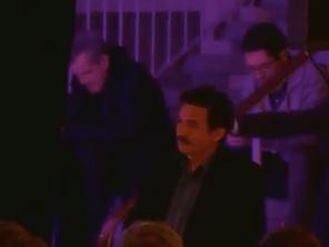 Raymond Avriller (Verts/Ades) dans les coulisses du palais des sports comme souffleur aux côtés de E.Plenel. Le tout sur fonds publics