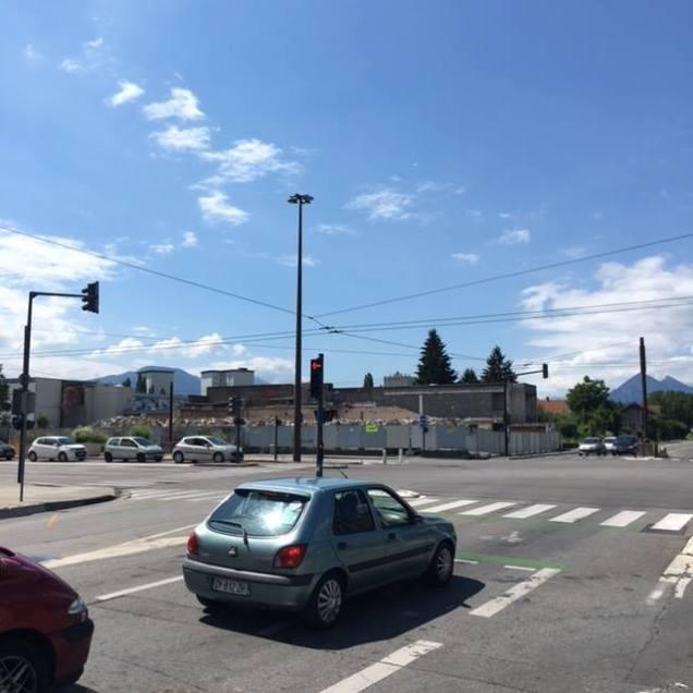 """E.Piolle ne veut pas dégager la friche Esmonin qui """" orne"""" une entrée de Grenoble et est placée sous la vue des habitants du quartier mais peut mobiliser les services pour les tags qui le concernent"""