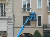 apparents sur les façades et tendus sur la place