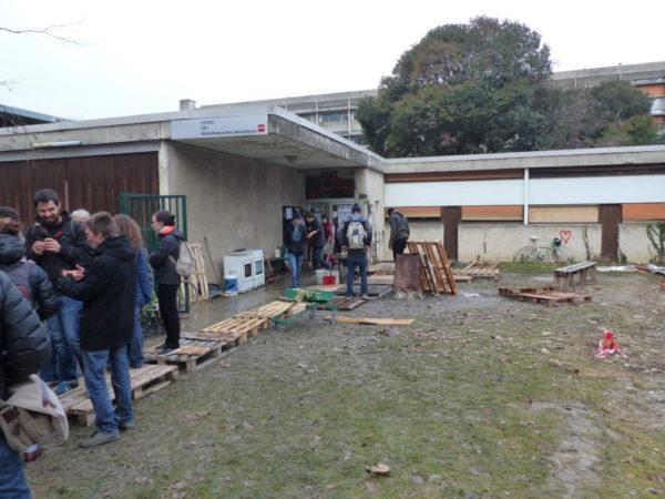 le Patio au campus qui héberge les migrants : ceux ci ne veulent pas de la cuisine de E.Piolle... ( photo Place Gre'Net) (Le Patio solidaire, sur le campus de Saint-Martin-d'Hères © Manuel Palvard – Place Gre'net)