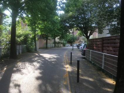 Une rue arborée, accessible , agréable: insupportable pour E.Piolle qui veut détruire les villas HLM à gauche sur la photo pour construire un immeuble