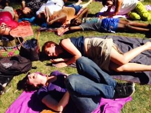 séances de yoga du rire en plein air