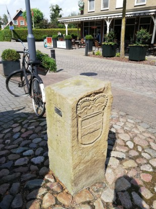Grenspaal tegenover Café Rotering in Oldenkotte
