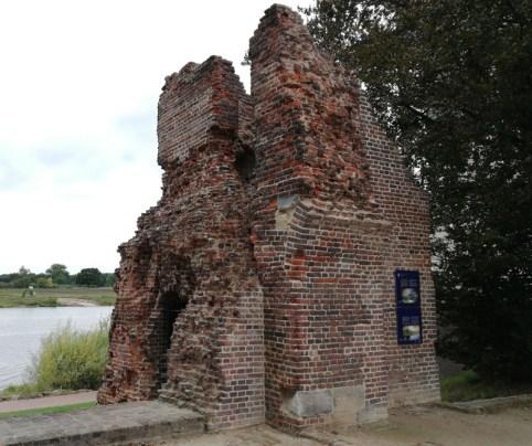 De restanten van de oude schanstoren aan de Maas